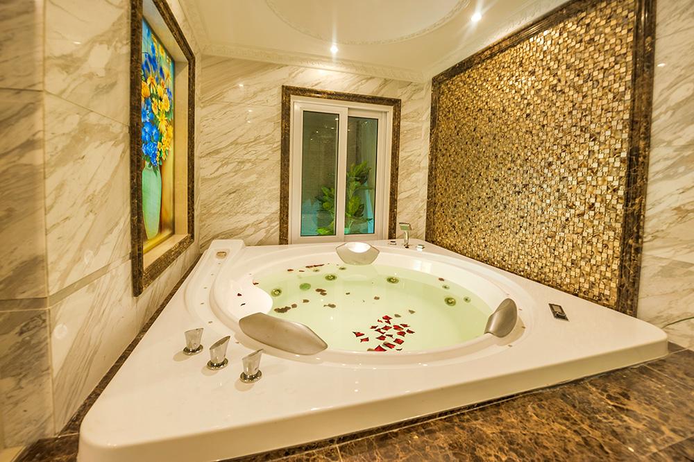 Bồn tắm massage cao cấp.